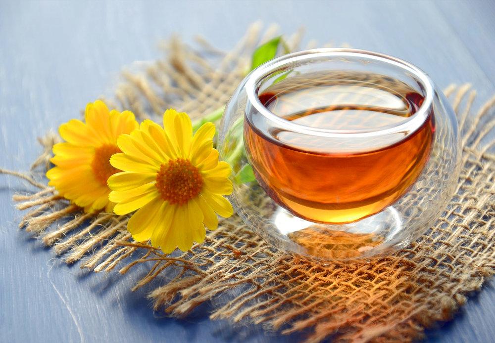 紅茶と花の写真