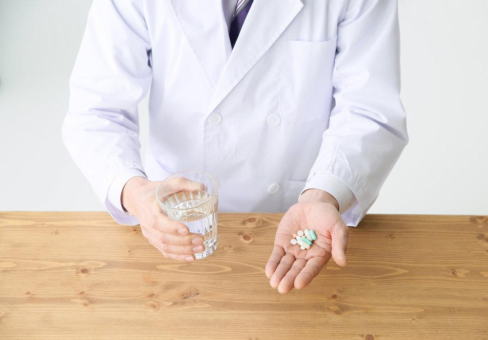 薬を持った白衣の男性