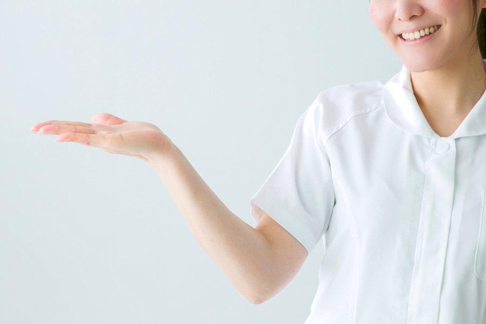 案内する白衣の女性