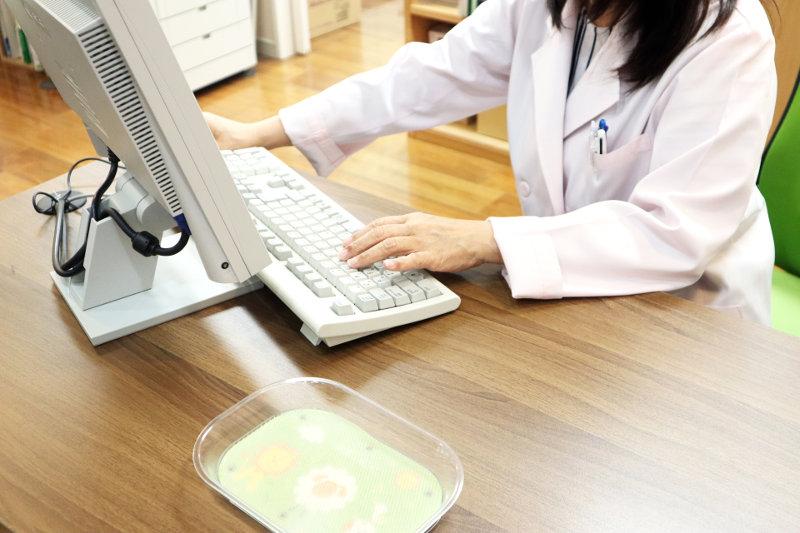 パソコンを操作する白衣の女性
